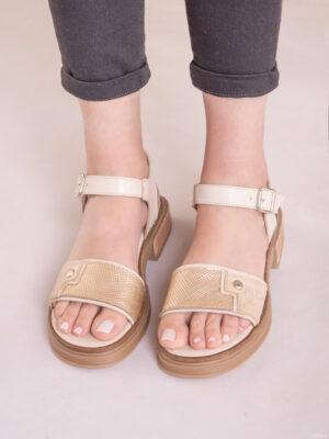 Zapatos de mujer de cuero. Sandalias bajas. La Femme